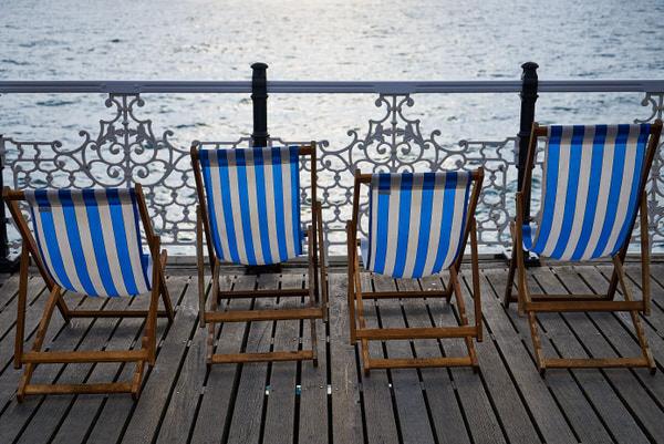 Q wie Quartett (Liegestühle auf der Brighton Palace Pier)