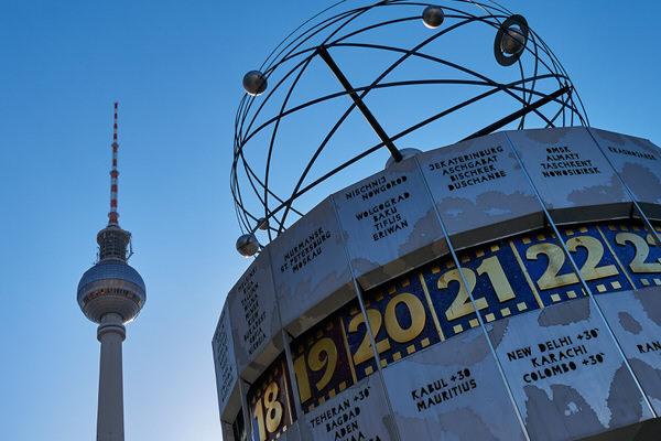 U wie Uhr (Weltzeituhr auf dem Berliner Alexanderplatz)
