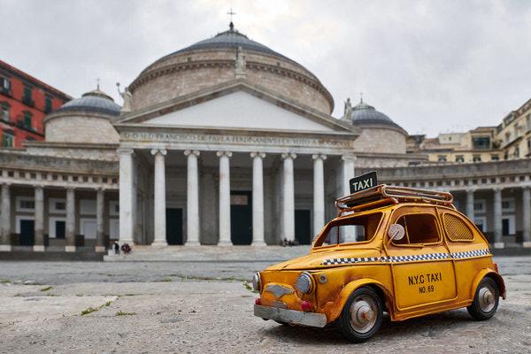 "Taxi zum Dom ""San Francesco di Paola"", Neapel, Italien"